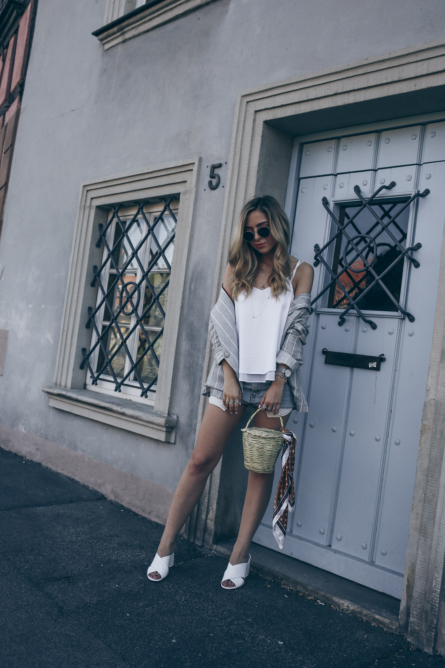 Grey Blazer Women Outfit for Summer 2017 Levi's Vintage Denim Shorts | Want Get Repeat Fashion Blog Modeblog Nürnberg Erlangen