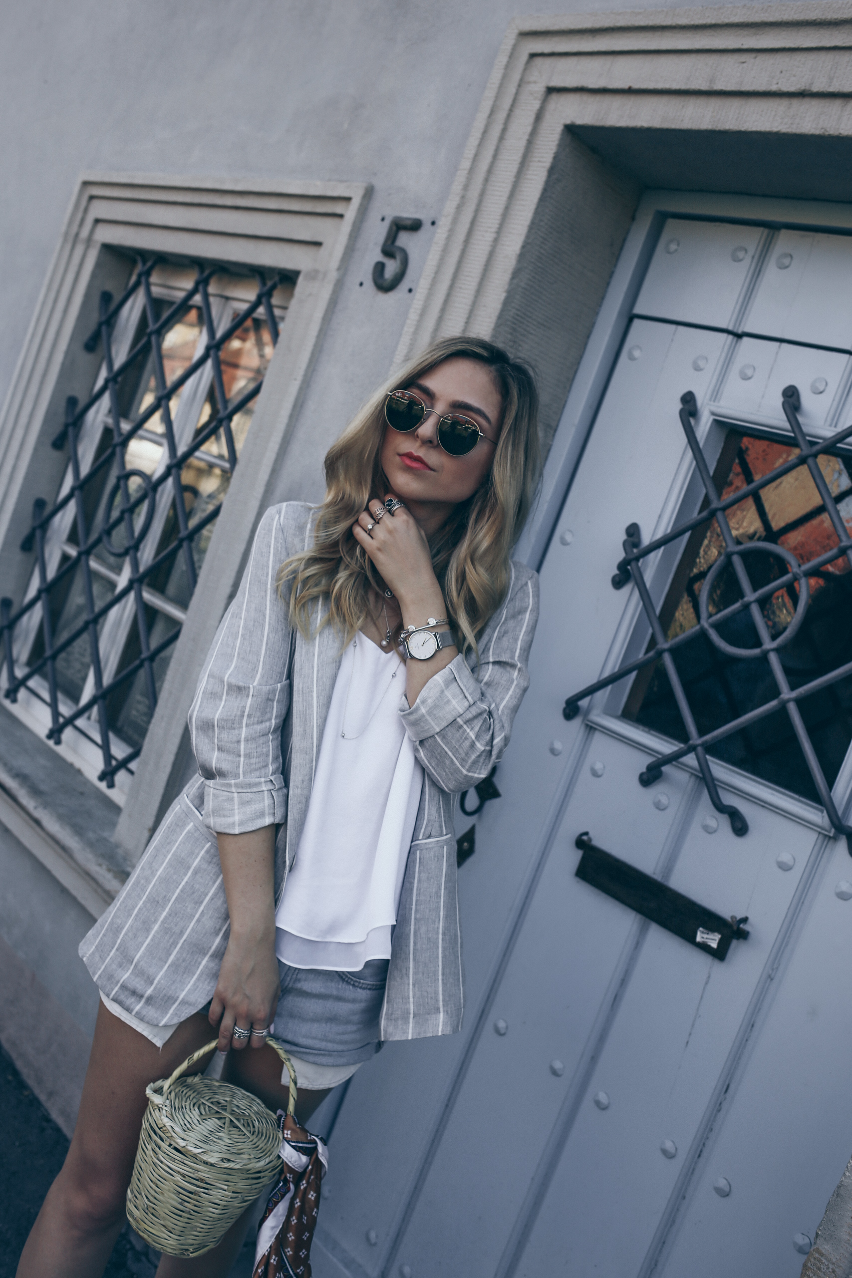 Grey Blazer Women Outfit for Summer 2017 Levi's Vintage Denim Shorts | Want Get Repeat Fashion Blog Modeblog Nürnberg Erlangen